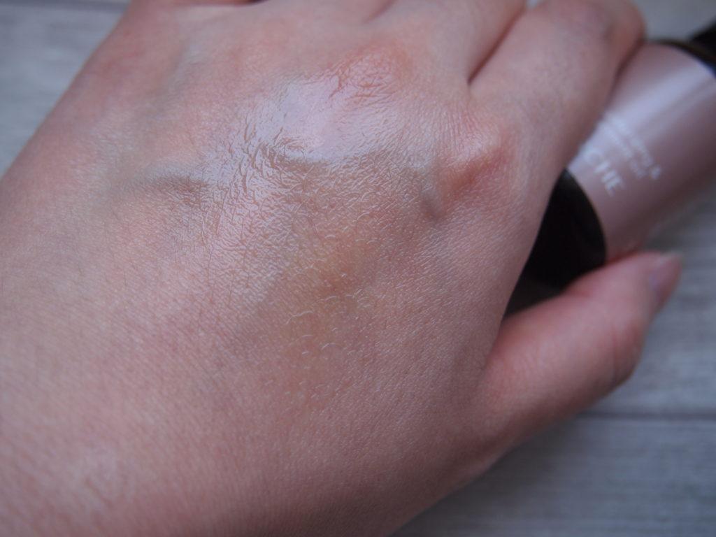 ヴァーチェのマルラオイルを塗った左手の甲