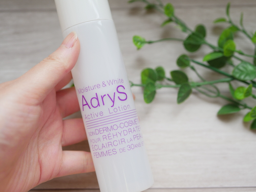 大正製薬の化粧水「アドライズ(AdryS)」を持つ左手